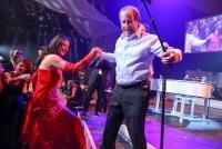 04.11.2016 |  Marx Halle |  Charity-Auktion unter dem Motto – Karussell, Alles Gute kommt zurück!<br>im Bild:<br> Chris de Burgh -live a d Bühne, Sonja Klima -Schirmherrin