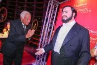 12.10.2015 |  Madame Tuassauds Wien |  der Weltstar wurde von Ioan Holender begrüßt <br>im Bild:<br> Ioan Holender -ehem. Direktor d Wiener Staatsoper, Luciano Pavarotti aus Wachs