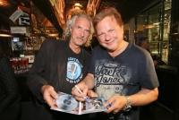 27.09.2016 |  Local Bar |  Präsentation des neuen Album<br>im Bild:<br> Ewald SUNNY Pfleger -Autogramm für Hans Theessink