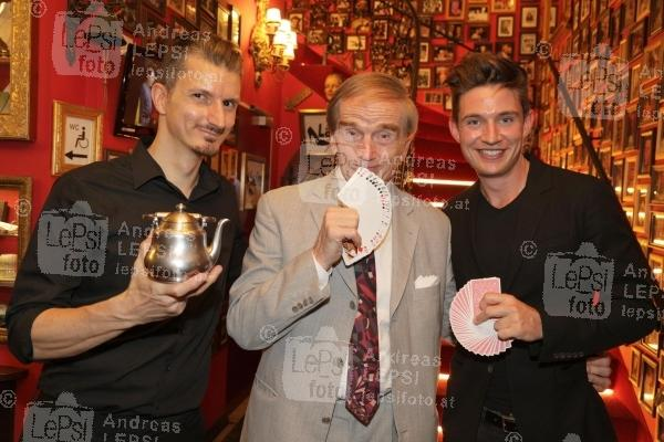 22.08.2019 |  Marchfelderhof/Deutsch-Wagram |  Welcome Dinner für European Magic Historie Conference<br>im Bild:<br> Wolfgang Moser -Vizeweltmeister der Zauberkunst, Magic Christian, Flo Mayer -Magischer Klub Wien,