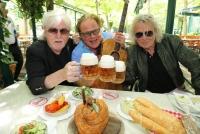 01.07.2021    Schweizerhaus/Wiener Prater    Austropop-Helden feiern Abschied   45 Jahre Wiesen Festivals<br>im Bild:<br> Reinhold Bilgeri, Ewald Pfleger, -Opus, Rudi Nemeczek, -Minisex, -mit Stelze u. Bier,